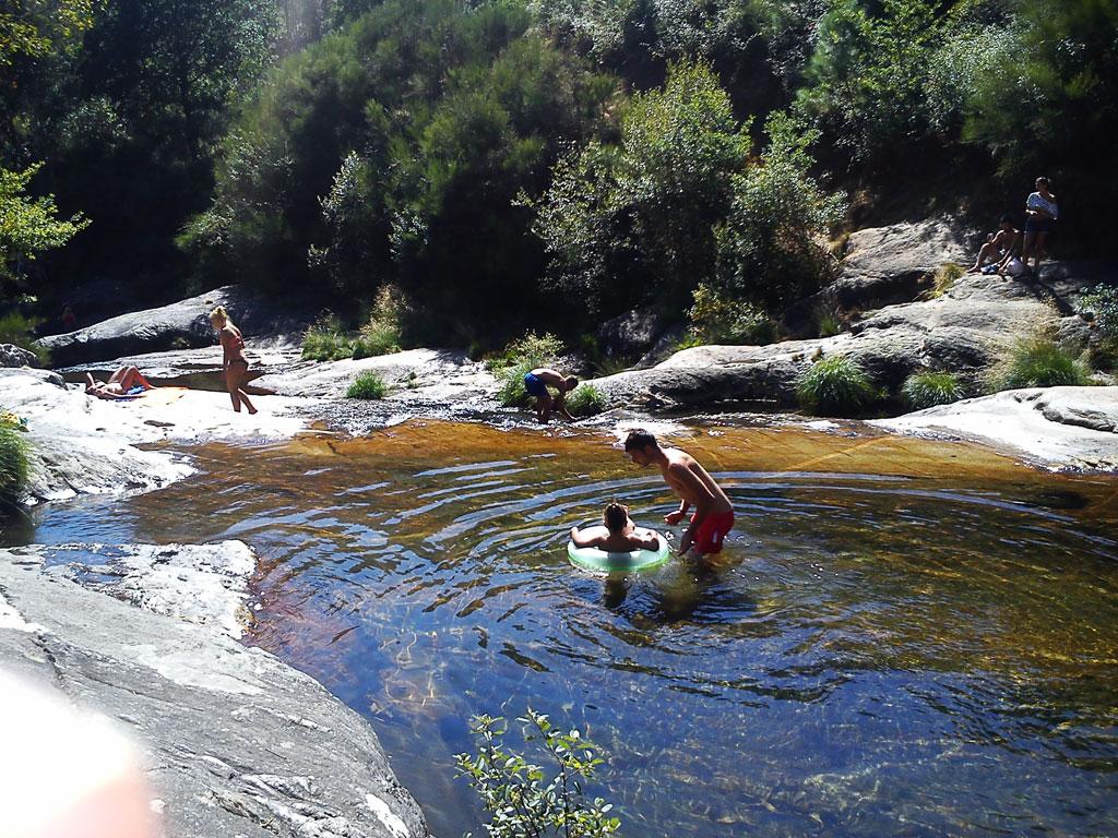 Pozas y cascadas en el río Pedras